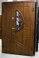 Вхідні двері з ковкою і склопакетом.