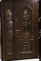 Вхідні двополі двері з ковкою і склопакетом.